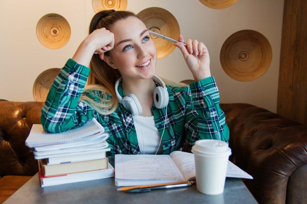 学習に励む女性