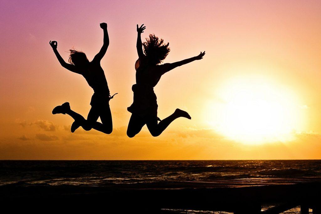 楽しそうにジャンプしている二人組