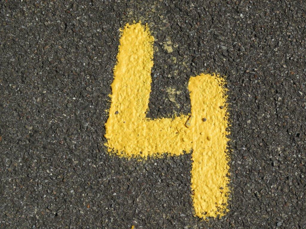 ペンキで描かれた数字の「4」