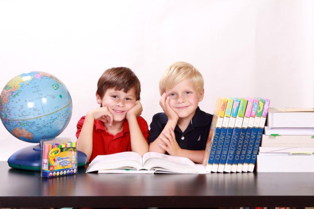家庭学習をする子供たち