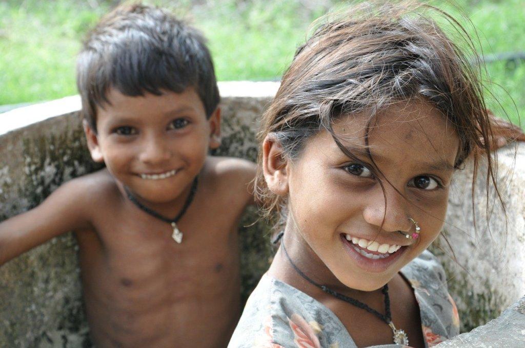 笑顔の少女と少年