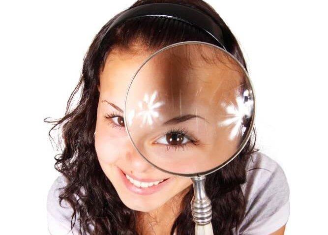 虫メガネを覗く女性