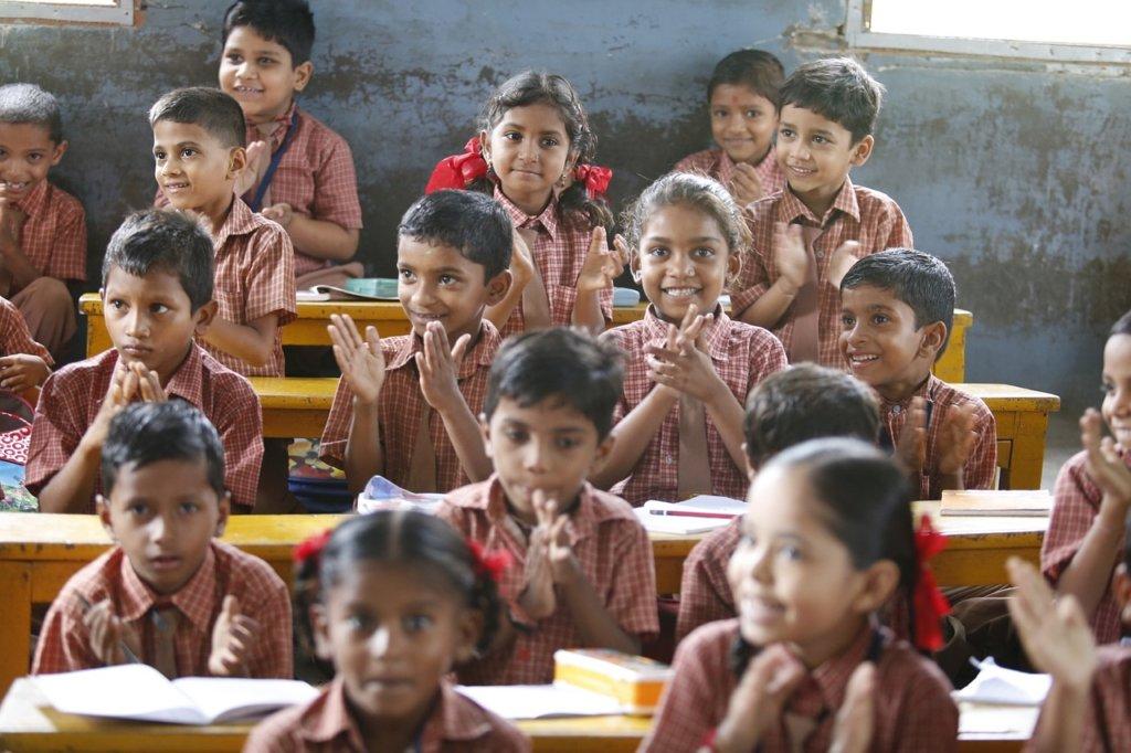 学校で学習する子供たち