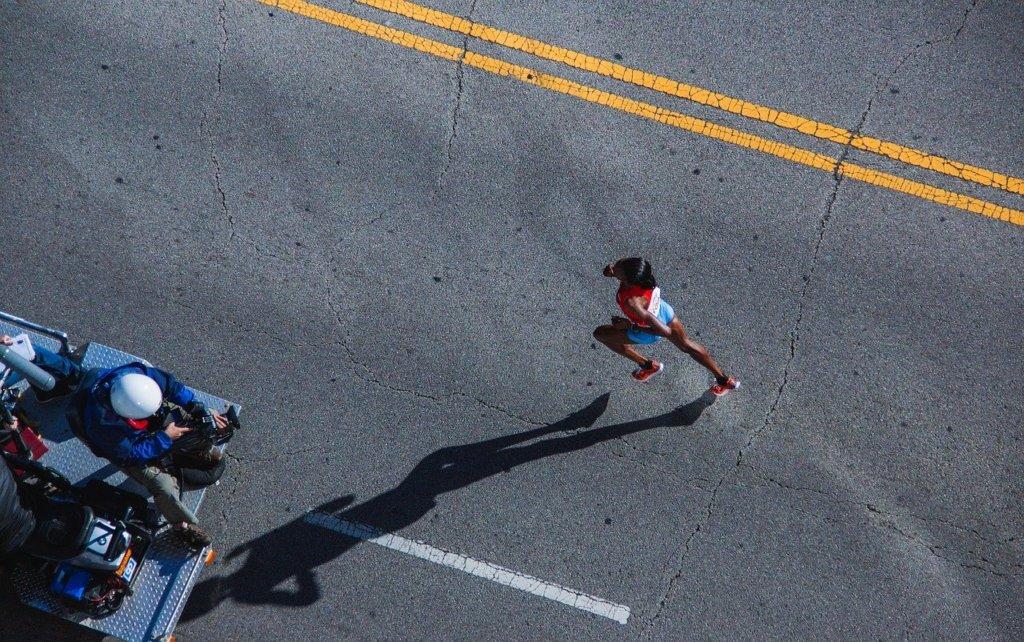 走る女性の影