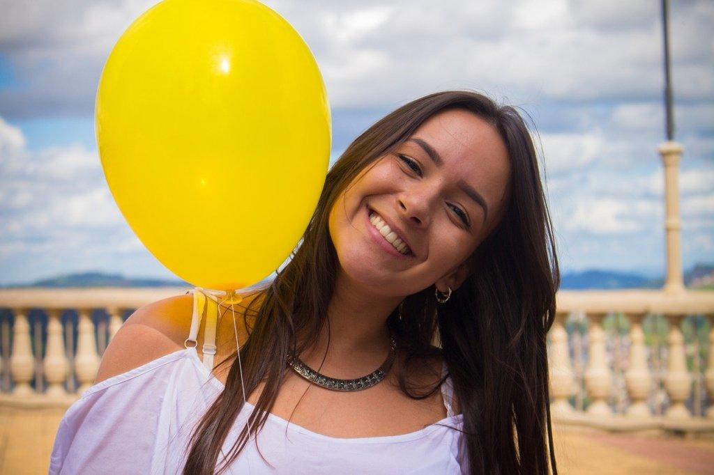 風船を持った笑顔の女性