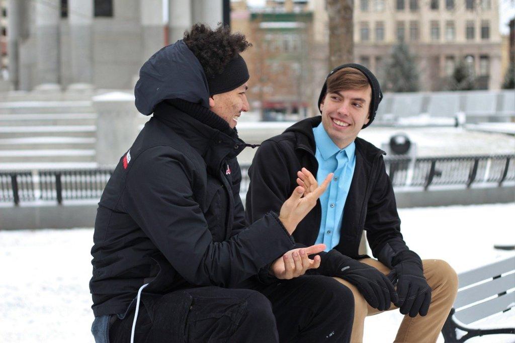 会話を楽しむ二人の男性