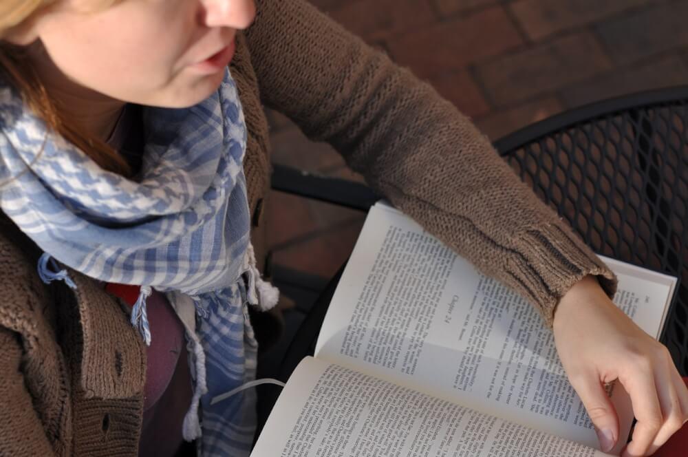 英語を学習する女性