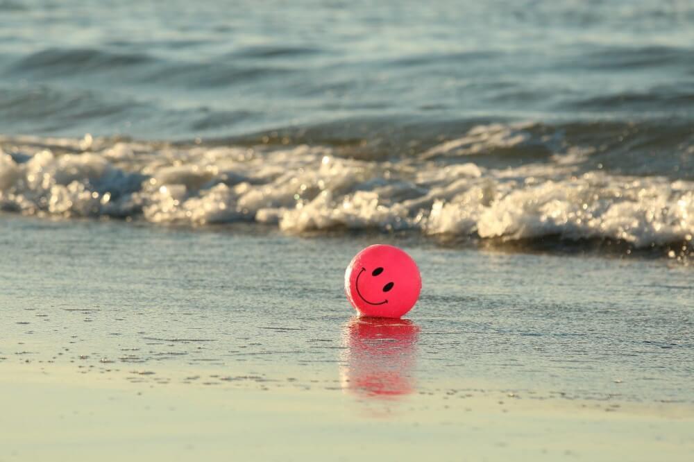 ビーチに転がるボール