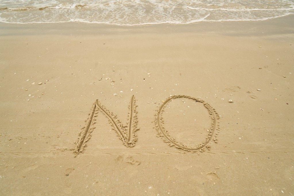 「No」と描かれた砂浜