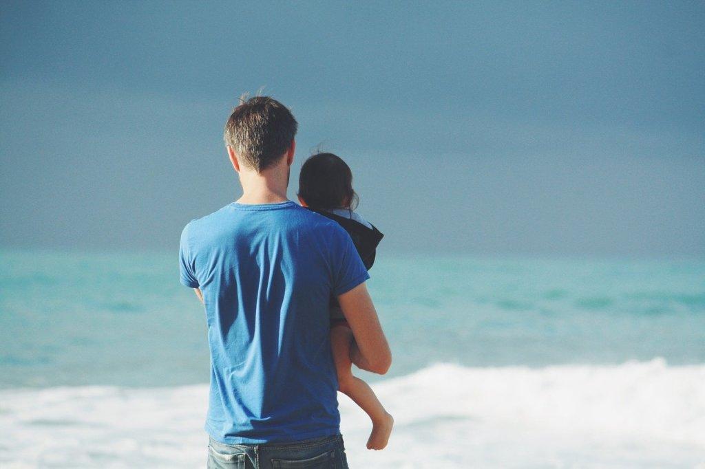 子どもを抱く父親
